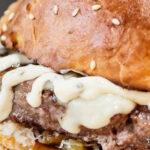 Hamburger con peperoni arrosto, straccetti di bufala, ravanelli e maionese al rafano