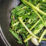 Salicornia con mini asparagi saltati all'aglio e Jalapeño