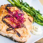 Salmone alla griglia, salicornia e asparagi saltati, maionese ai capperi e lime
