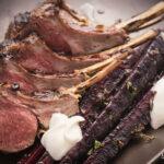 Costolette di agnello allo yogurt e zafferano con carote viola