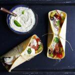 Polpette di agnello in rete di maiale e insalata greca