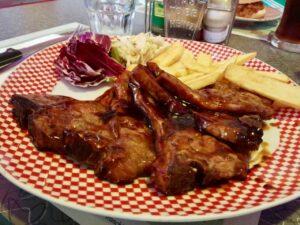 Jackson Lamb Chops: cinque costine di agnello (ahimè, surgelate) glassate con salsa barbecue e sfumate nel Jack Daniel's, servite con patatine fritte, coleslaw e cetriolini