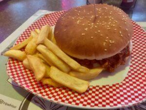 Chili Burger: 100g di hamburger di bovino adulto, chili con carne homemade America Graffiti, fettine di formaggio al cheddar, jalapenos a rondella e cipolla fresca