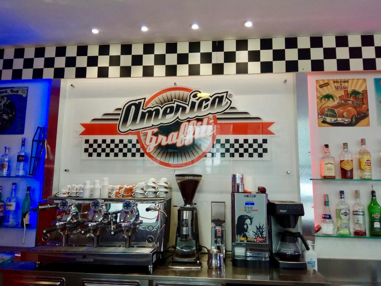 Logo e caffetteria di America Graffiti