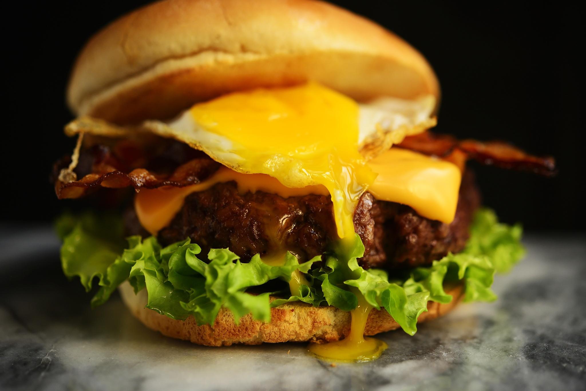 Come si fa bacon cheeseburger con uovo fritto bbq all